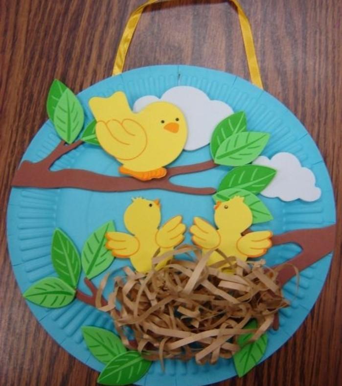idée-d-activité-manuelle-primaire-assiette-en-carton-bleue-decoration-oiseaux-nid-et-branches-d-arbre-en-carton-activité-créative-de-printemps-sympa