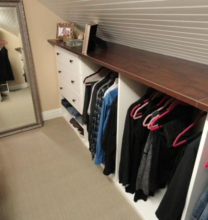 idée de meuble sous pente énorme, penderie, mobilier en bois gain de place pour organiser ses affaires