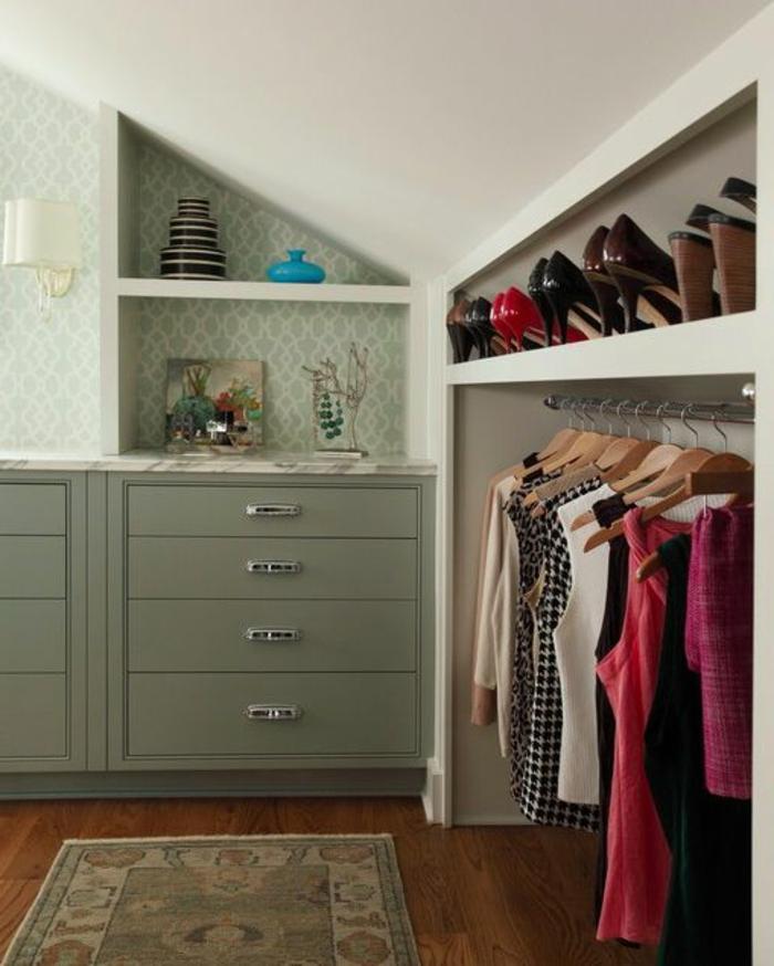 penderie sous pente avec étagère rangement chaussures, dressing sous pente dans une chambre à coucher vintage