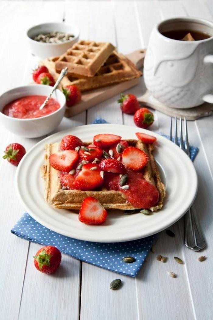 recette de gaufre facile aux fraises et à la crème fouettée, gaufres à la confiture de fraises