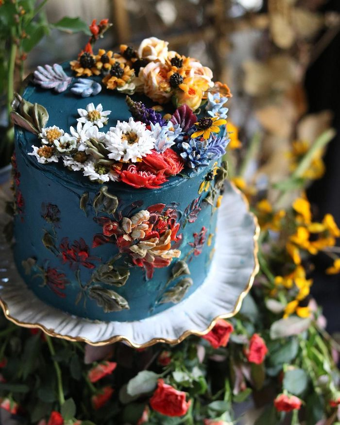 beau gateau simple et original avec creme bleu marine et decoration de fleurs en creme beurre, gateau fleuri exemple