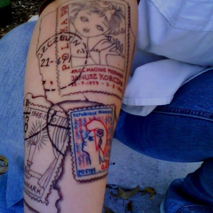 tatouage de timbres poste sur le bras comme symbole de liberté tatouage