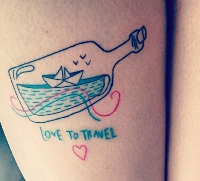 symbole de liberté tatouage de bateau en papier dans une bouteille