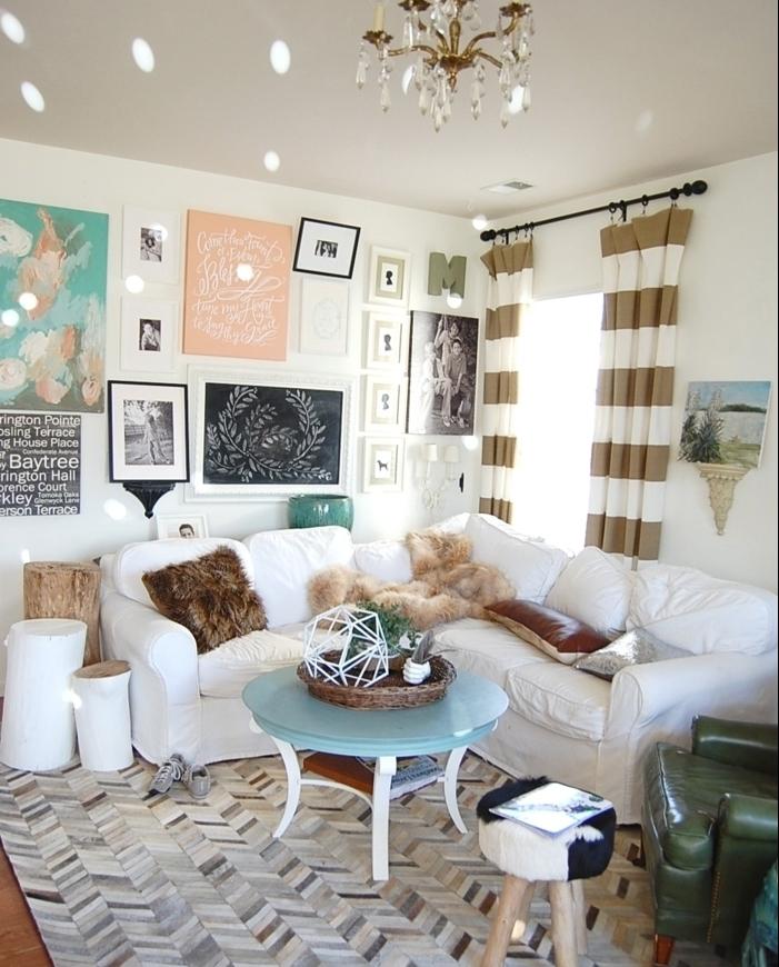 amenagement salon, rideaux or et blanc, coussins décoratifs en fausse fourrure, fauteuil vert