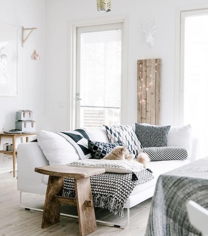 amenagement salon, meuble en bois, canapé blanc, plaid blanc et noir à franges