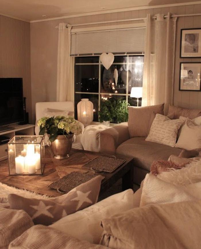 décoration intérieure salon, parquet en bois, bougies allumées, grande fenêtre, photos blanc et noir