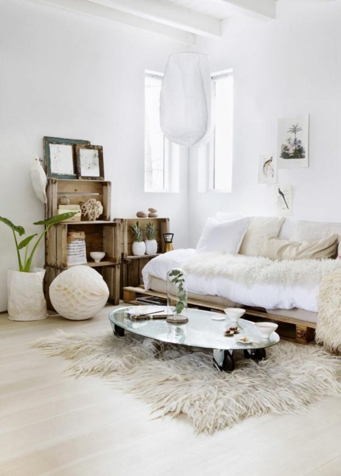 canapé cocooning, murs blancs, plafond avec poutre en bois, tapis en fausse fourrure