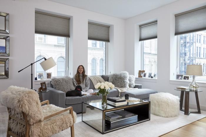 comment décorer son salon, chaise en bois, plaid en fausse fourrure, pouf blanc, canapé gris
