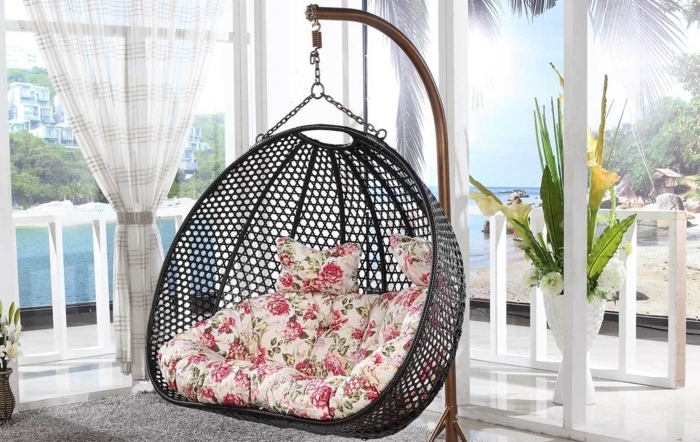 décoration intérieure salon, chaise ronde suspendue, grandes fenêtres, rideaux longs, tapis gris