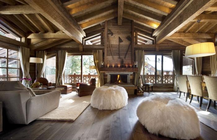 salon cocooning, décor en bois, poufs en fausse fourrure, rideaux longs, tapis beige