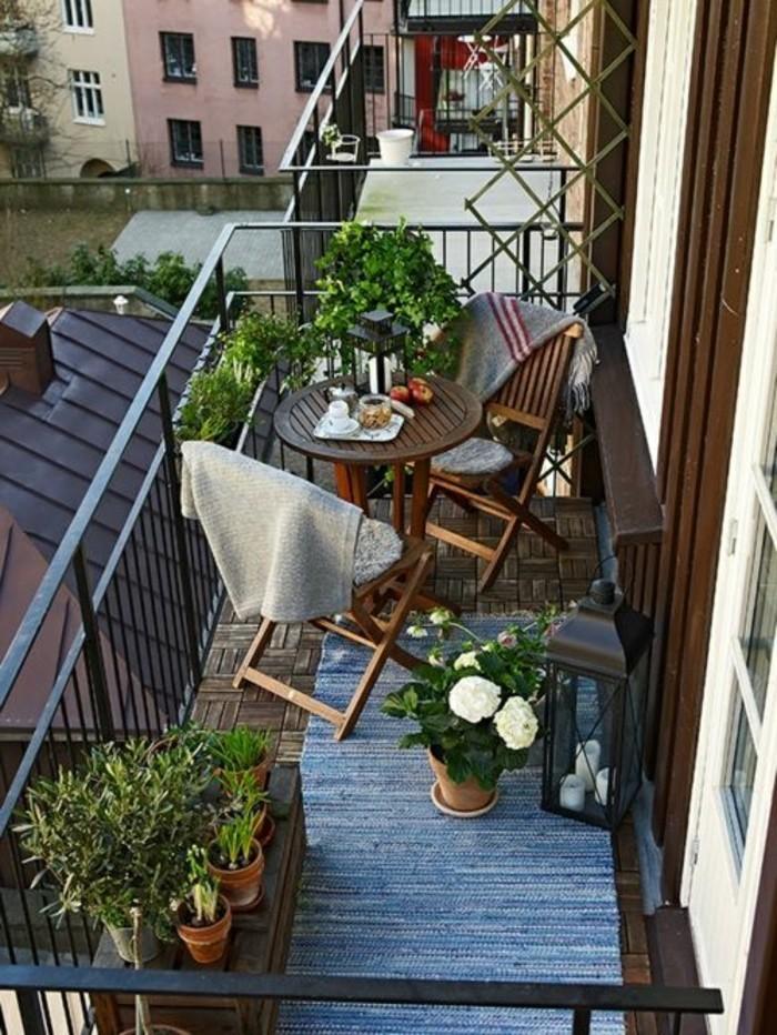 meuble balcon, tapis bleu, sol en bois, plantes verte, aménager un petit balcon