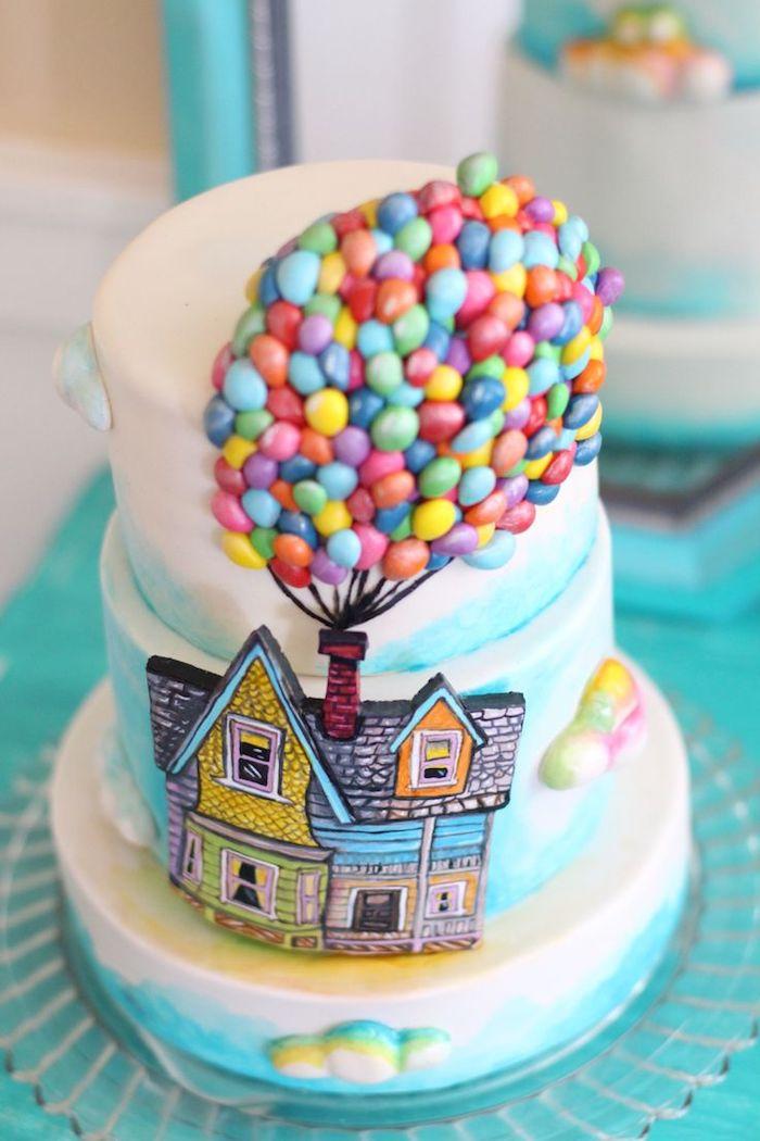 gateau theme idespicable me avec maison de sucre et ballons colorées en bonbons m&m, gateau d anniversaire enfant en 3 couches