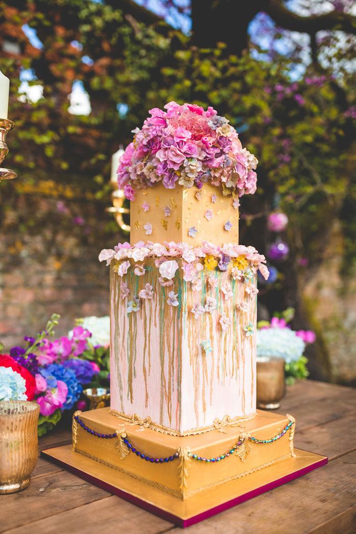 preparer un gateau mariage original en formes geometriques et decoration de fleurs, base couleur or, idée de gateau fleuri original