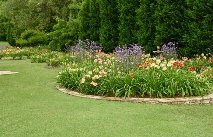 cercle parterre de fleuri, plantes différentes, arbres, gazon, idée de decoration exterieur florale