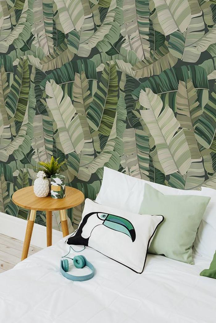 intérieur-scandinave-table-de-chevet-en-bois-papier-peint-tropical-bananier