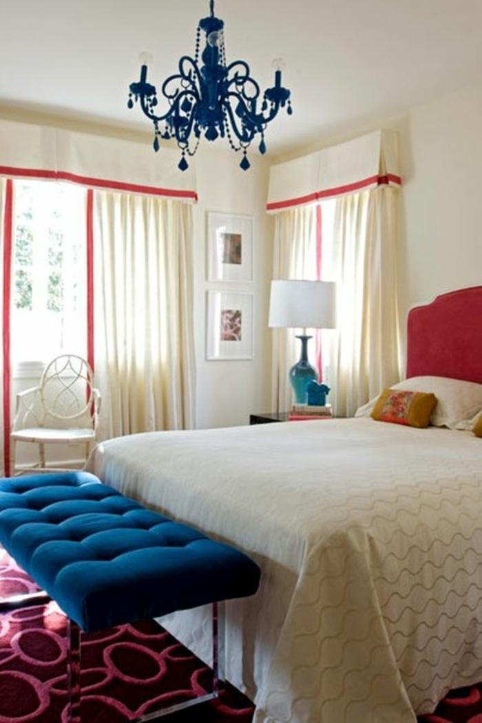 interieur-deco-chambre-adulte-bleu-paon-une-chambre-à-coucher-lustre-baroque
