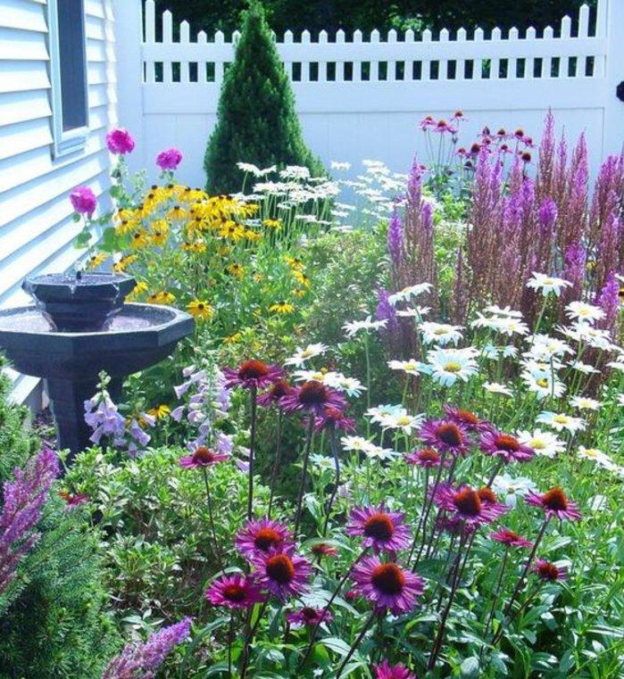 fontaine et parterre de fleurs, idée aménagement jardin à l'anglaise, deco jardin façon brute