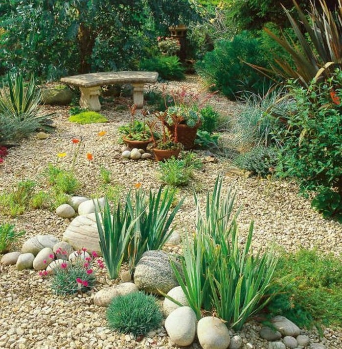 jardin-printanier-envahi-de-végétation-verte-des-galets-et-grosse-pierre-decoration-jardin-arbustes-et-fleurs