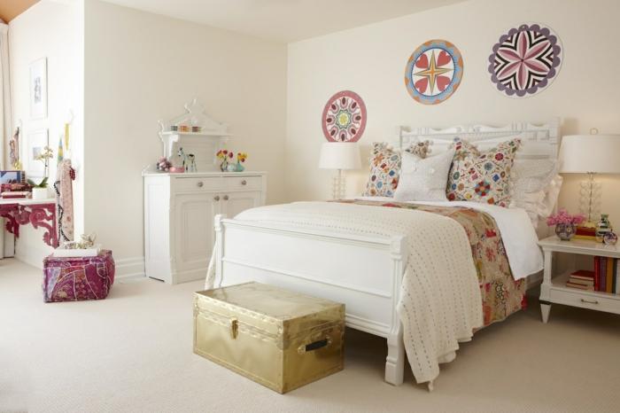 jolie-chambre-ado-fille-déco-motifs-floraux-meubles-vintage-blanc