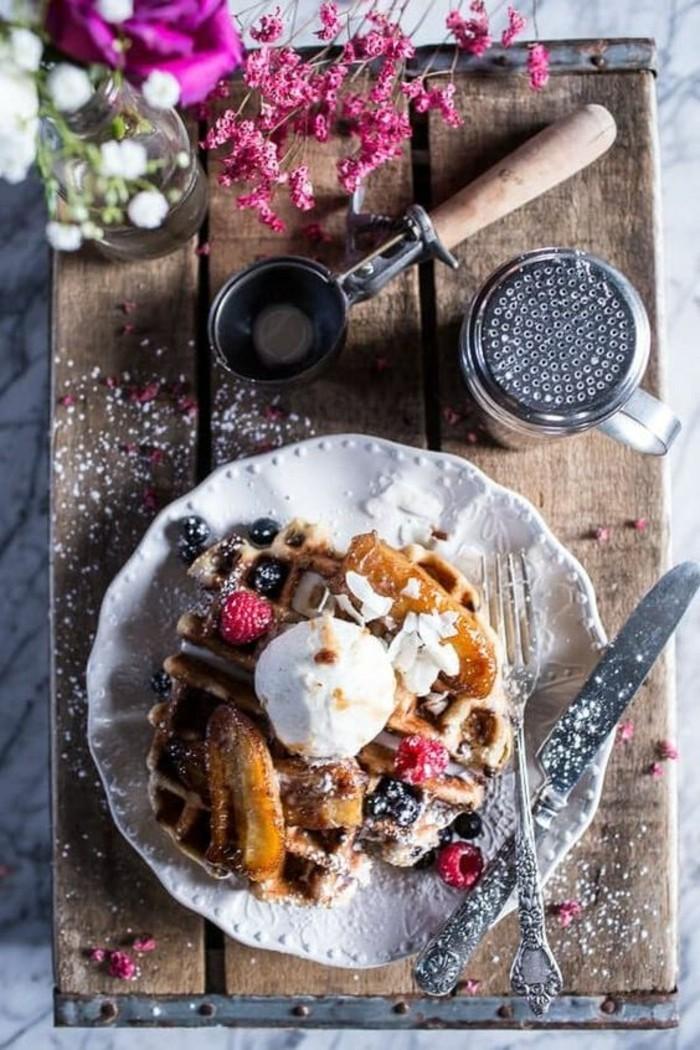 idée pour un petit déjeuner au lit, une pâte à gaufres préparée avec de la farine complètes