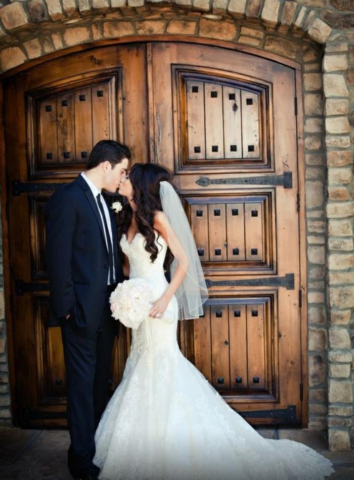 jolie-robe-de-mariee-dentelle-robe-mariée-princesse-porte