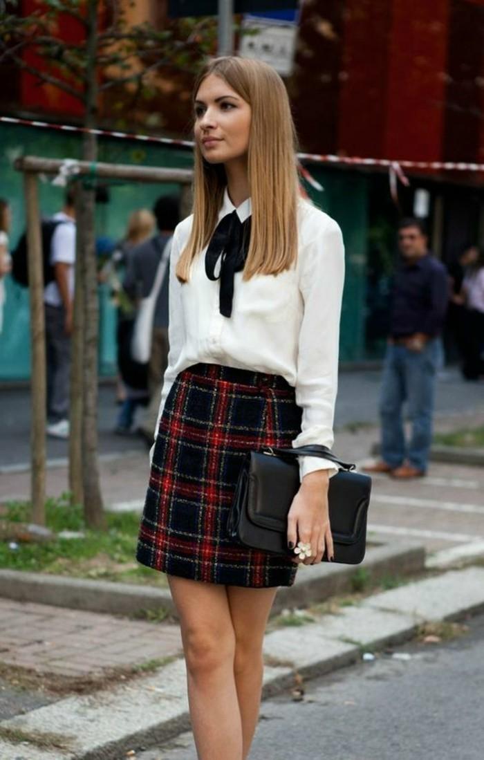 jupe-écossaise-chemise-col-claudine-nouée-pochette-de-soirée-en-cuir