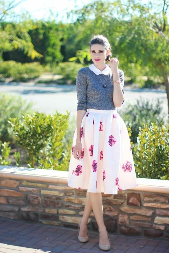 jupe-évasée-motif-roses-chemisier-col-claudine-femme