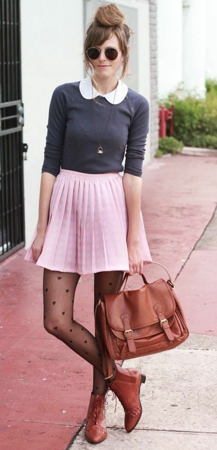 jupe-évasée-rose-blouse-col-claudine-grise-collant-original-bottines-en-cuir