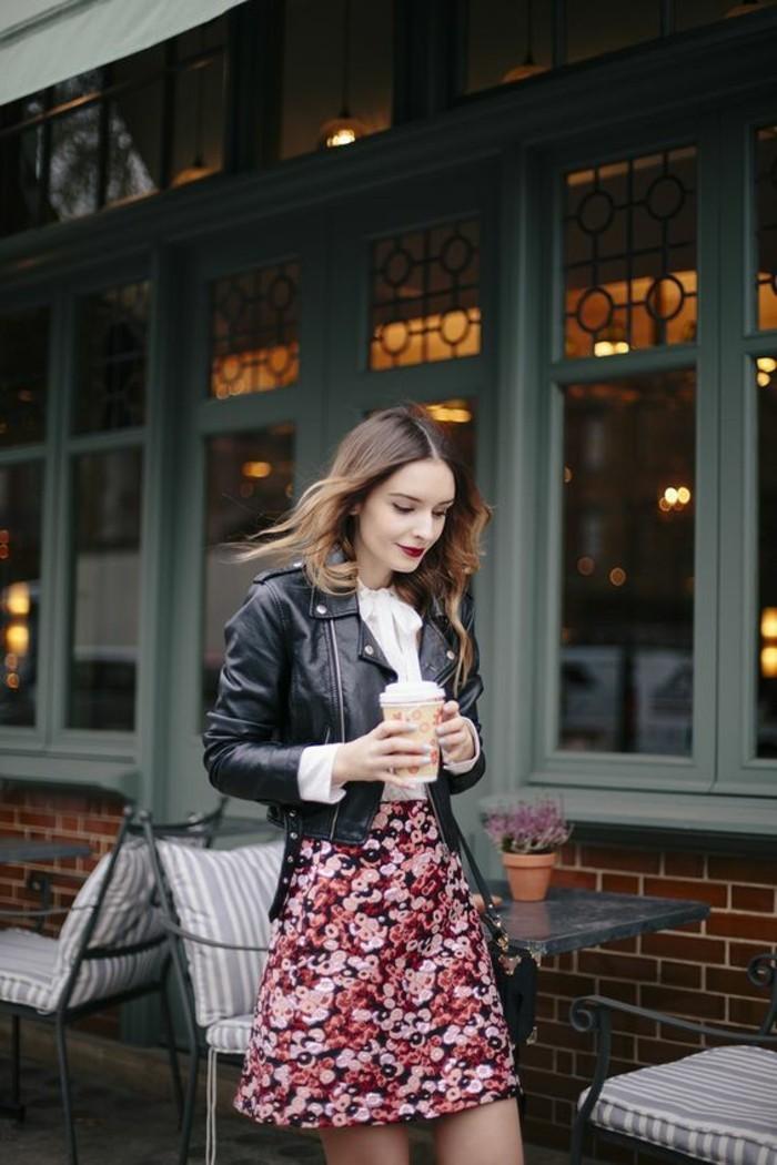 jolie jupe trapèze à motifs floraux combiné avec chemise à col noué et veste en cuir