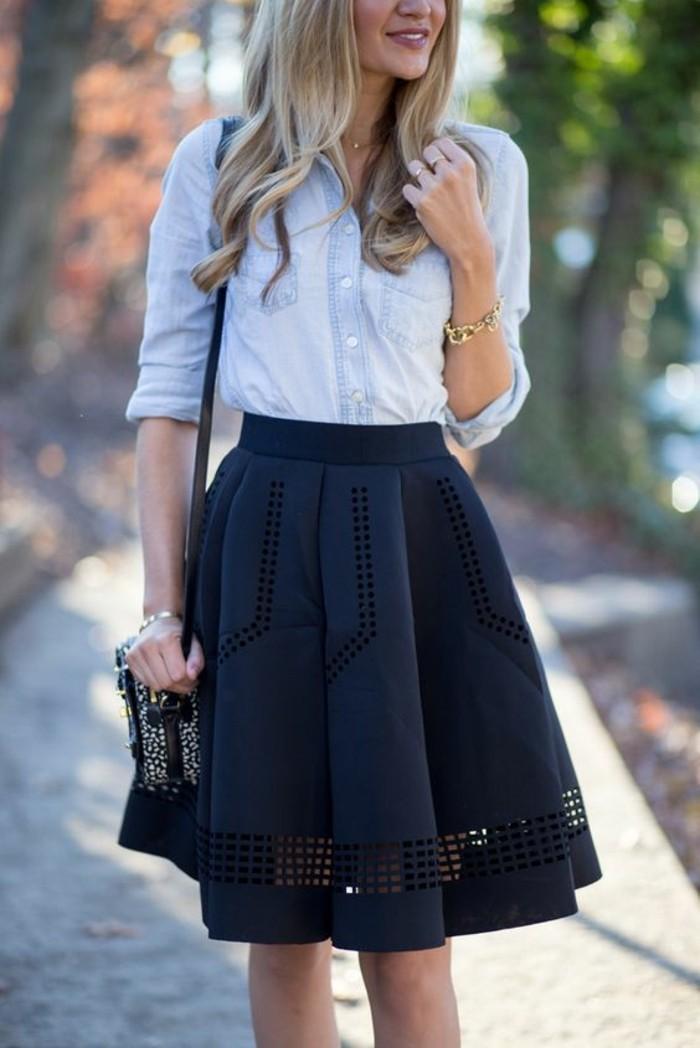 une chemise en jean associée à une jupe évasée épaisses, comment s'habiller selon sa morphologie