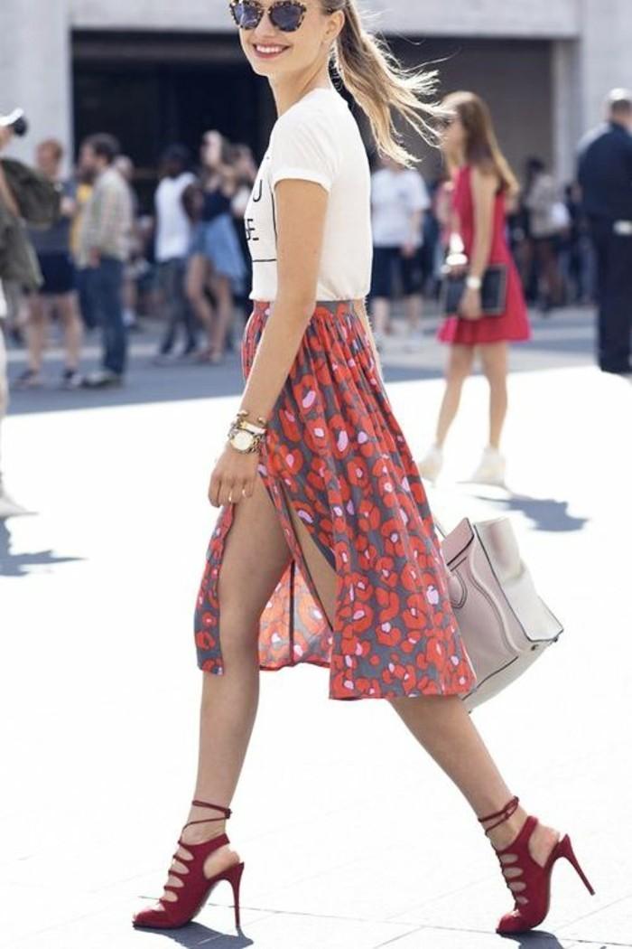 silhouette de brindille, corps élancée, jupe longue fendue pour mettre en valeur la longueurs des jambes