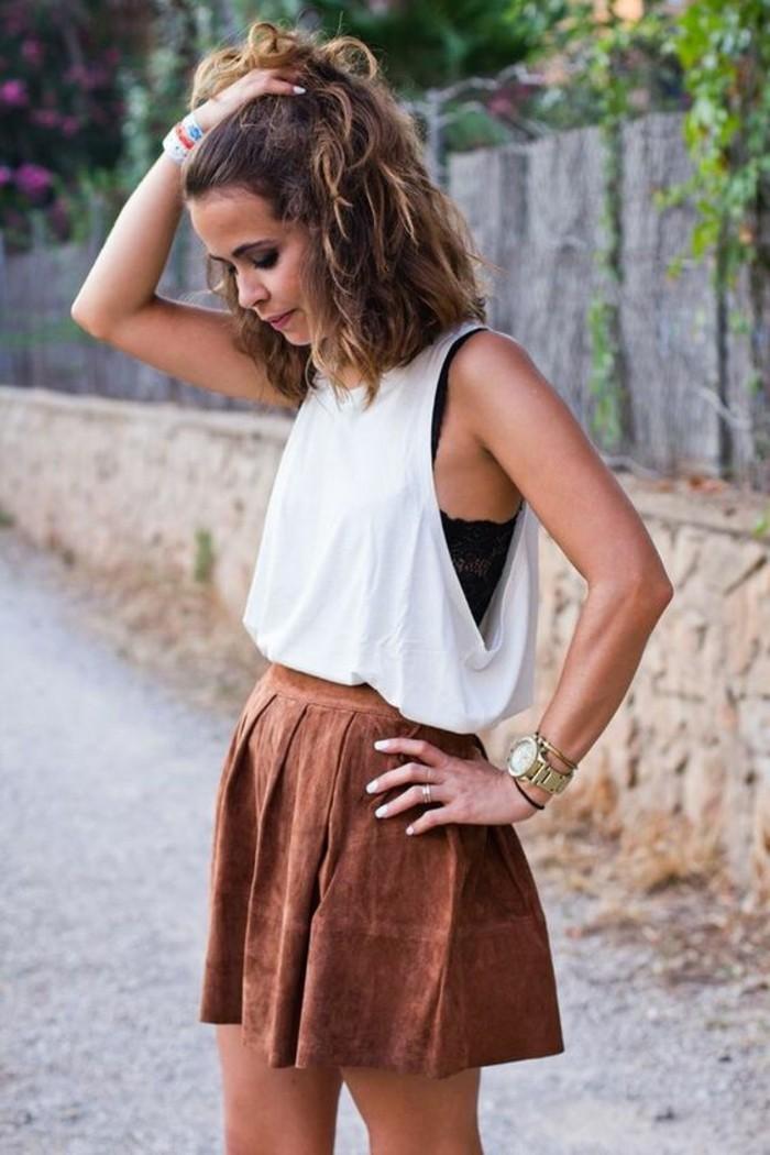 tendance jupe en daim, jupe évasée pour donner du volume aux hanches, tenue pour une morphologie triangle inversé