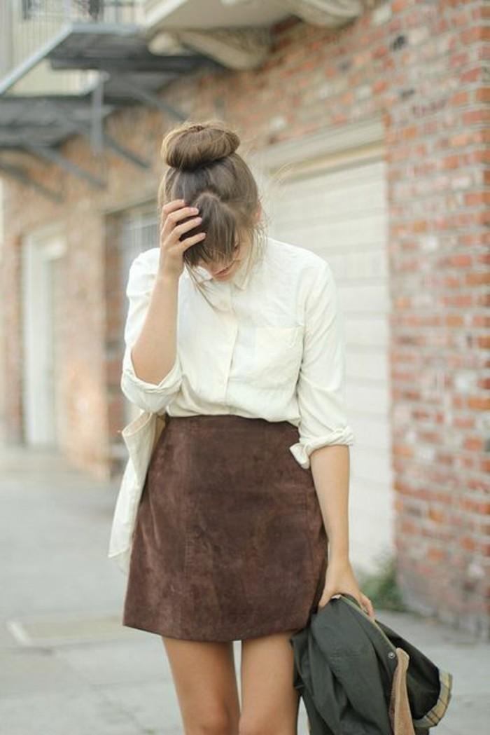 une jupe courte en daim associée à une chemise, silhouette femme en I