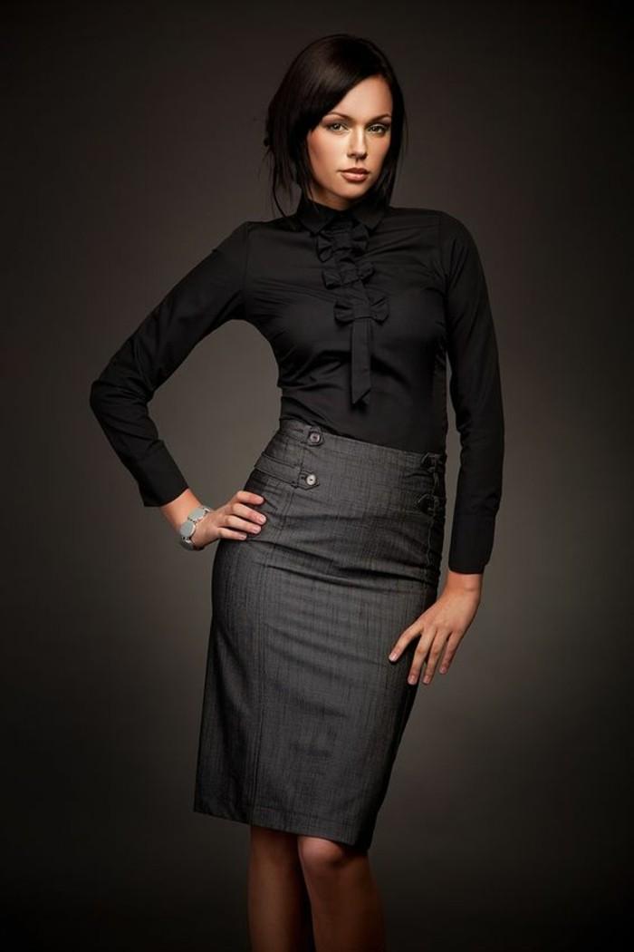 longue jupe taille haute en gris suivante les courbes du corps