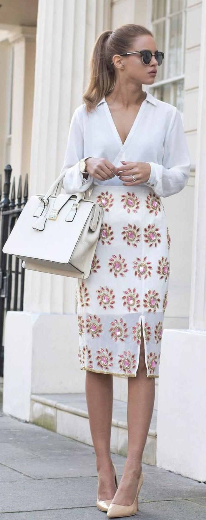 jupe taille haute avec fente latérale des fleurs Swarovski sur fond blanc