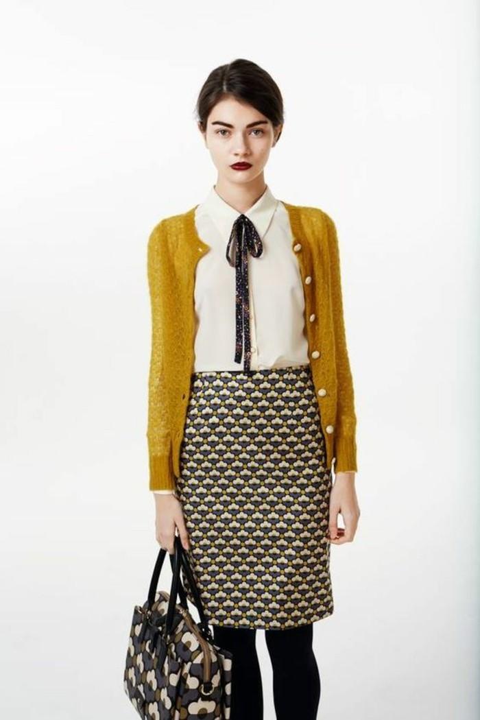 jupes taille haute aux motifs géométriques portée avec du moutarde