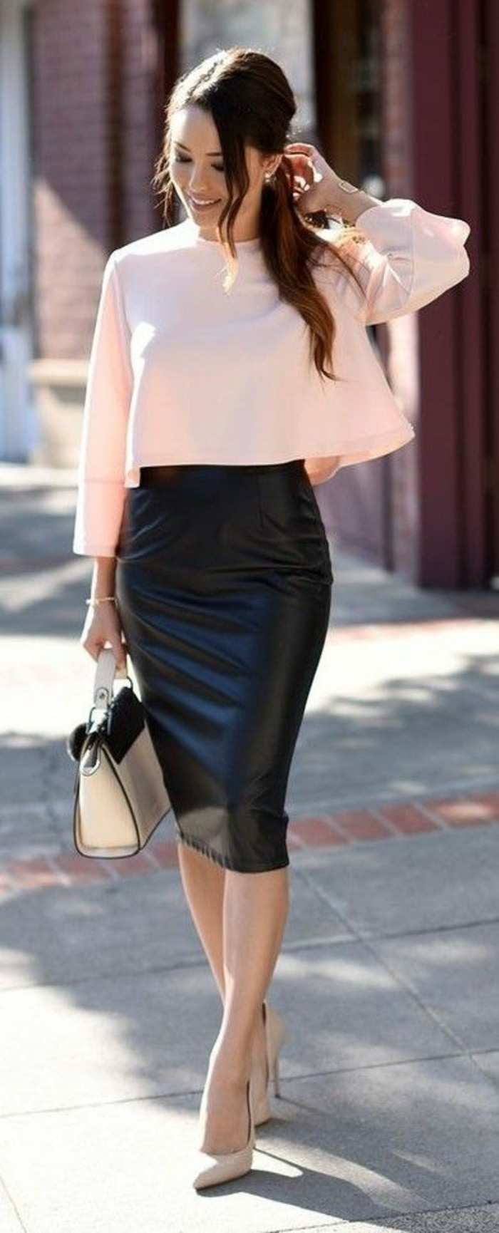 7df142d2c26e jupe taille haut en simili cuir noir avec blouse rose manches longues