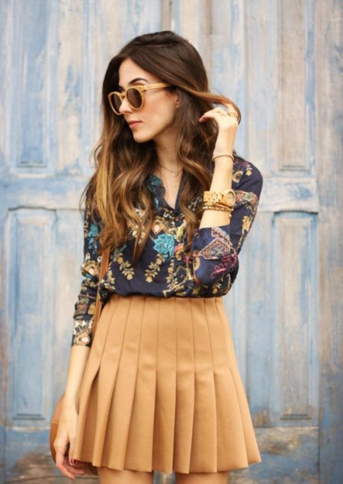 jupe courte plissée camel et chemise imprimée à motif floral, quelle jupe pour quelle morphologie