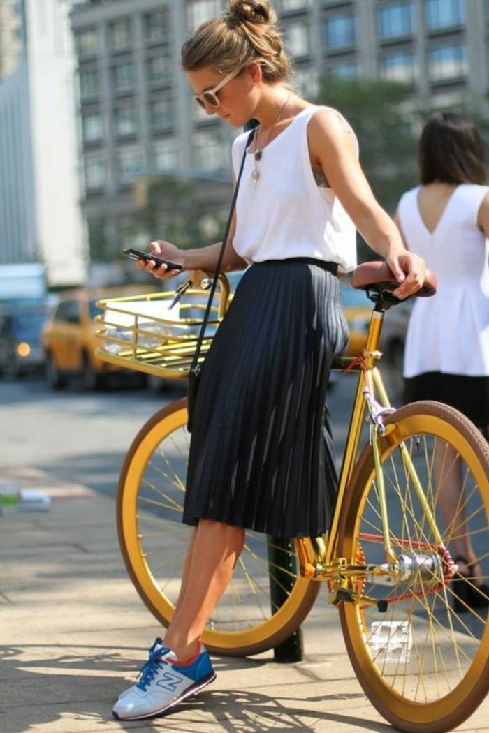 jupe plissée mi-longue associé à un débardeur blanc, silhouette femme sportive