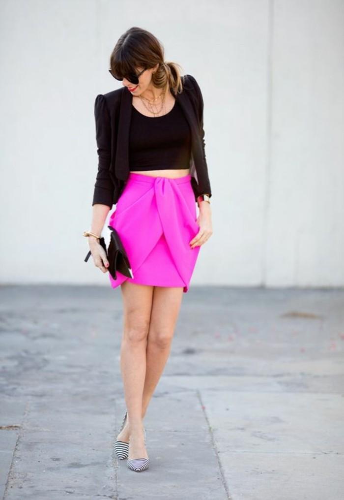 un top cropped noir associé à jupe portefeuille rose, morphologie en h comment s'habiller selon sa morphologie