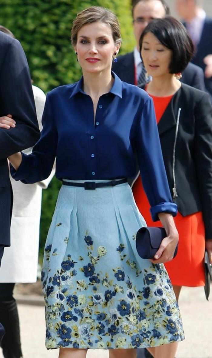 jupe taille haute évasée en bleu pastel avec des fleurs violettes et blanc