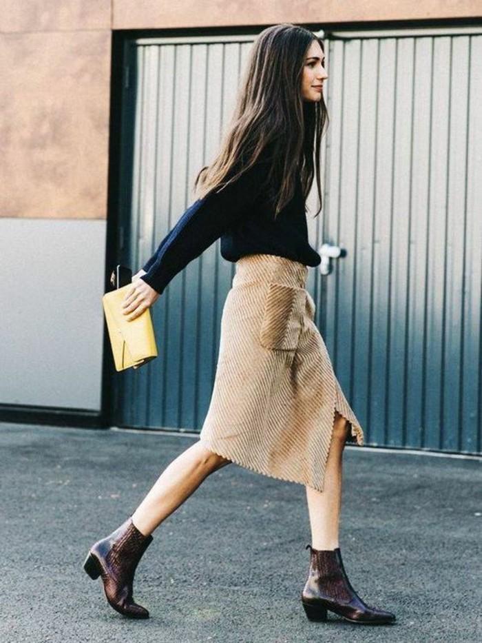 longue jupe taille haute en beige avec pull noir