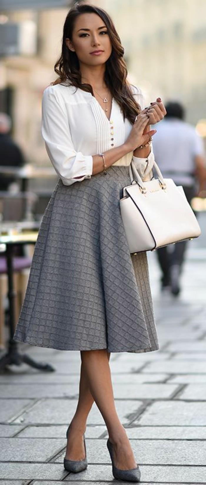 jupes longues taille haute en couleur taupe évasée avec blouse blanche