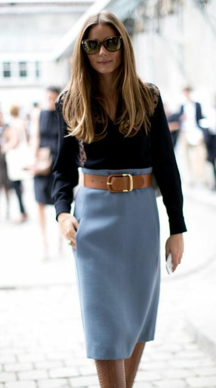 jupe taille haut en bleu pastel avec ceinture marron large