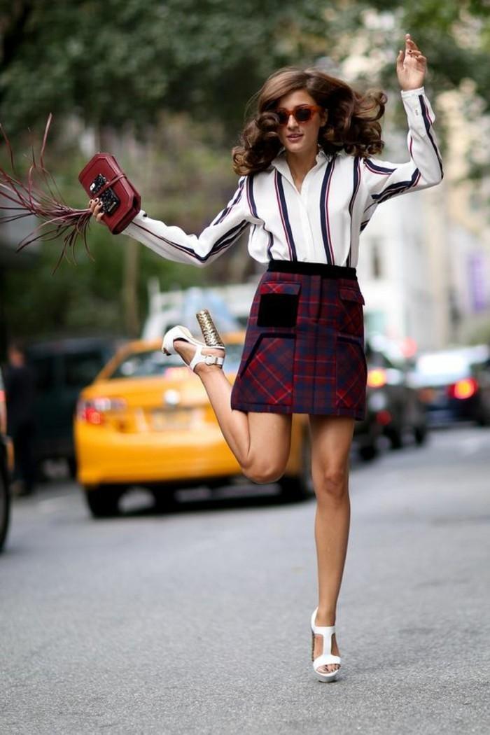 jupe taille haute courte à carreaux rouges et bleus avec des éléments velours