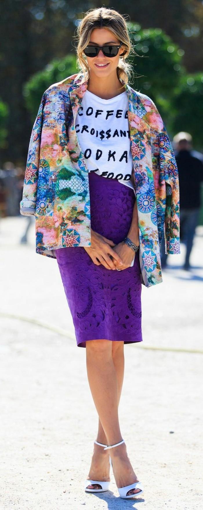 les jupes taille haute droite en violet assortie à une veste fleurie et T-shirt messages
