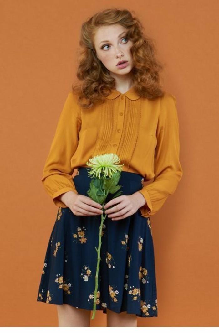 jupe taille haute courte en bleu avec chemisette couleur moutarde