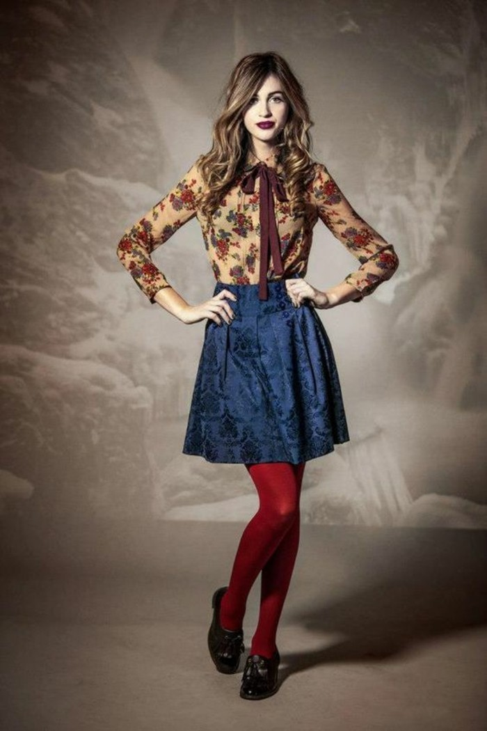 jupe évasée taille haute en couleur bleu royal avec des collants rouges