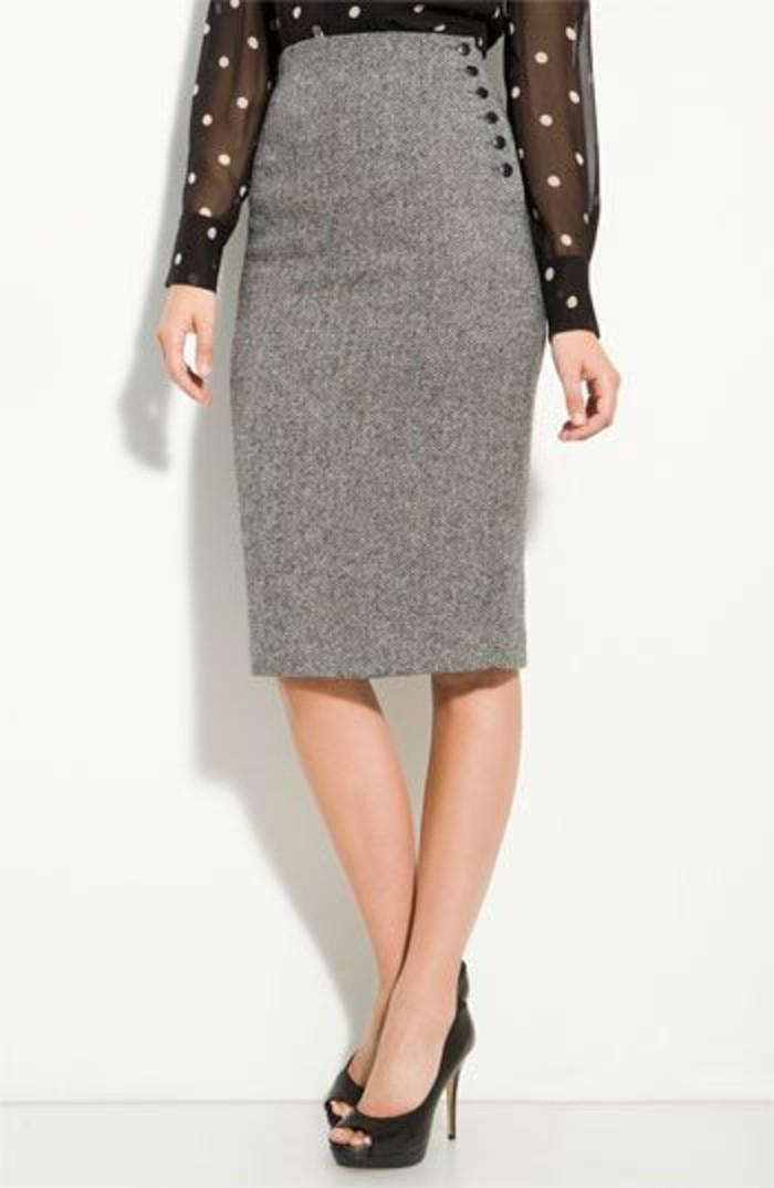 jupes longues taille haute en gris avec des petits boutons en noir