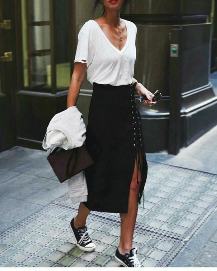 jupe taille haute longue en noir avec une fente latérale fermée par des lacets avec blouse